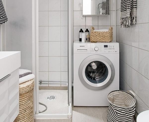 Рядом с душем может поместиться стиральная машина
