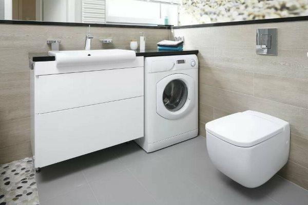 В ванной стиральная машина выглядит более уместно