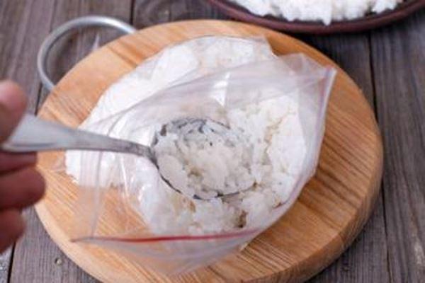 Вареный рис становится безвкусным и слипается
