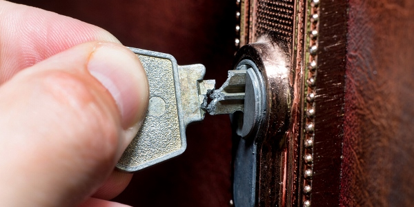 Масло поможет извлечь сломанную часть ключа из скважины