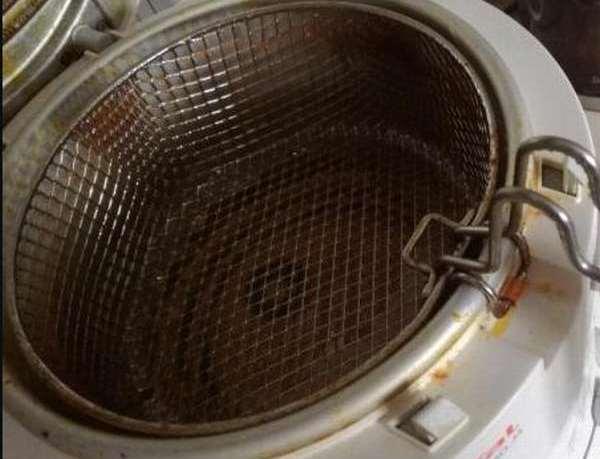 Перед чисткой убедитесь что в емкости не осталось масло
