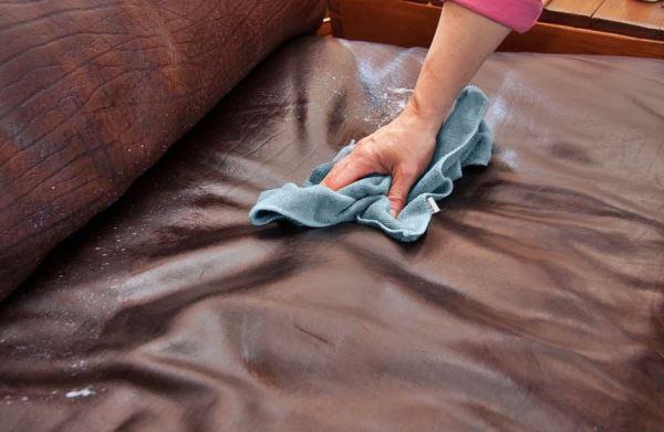 Нашатырный спирт хорошо подходит для кожаных диванов