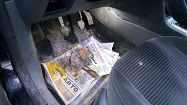 Положите на пол машины стопку газет
