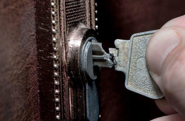Сломанную часть ключа можно вытащить плоскогубцами