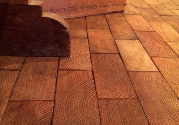 Деревянная плитка довольно капризна в уходе
