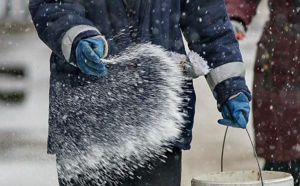 Посыпайте лед солью утром