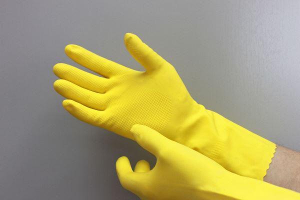 Прежде чем достать упавший предмет, наденьте резиновые перчатки