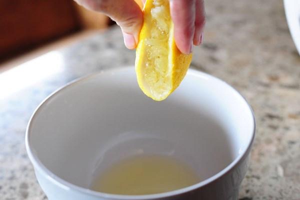 Сок лимона нейтрализует запах