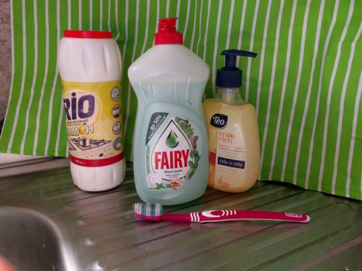чистящее средство и зубная щетка