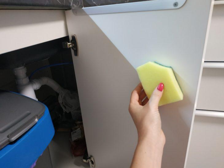 очищаем внутреннюю поверхность двери