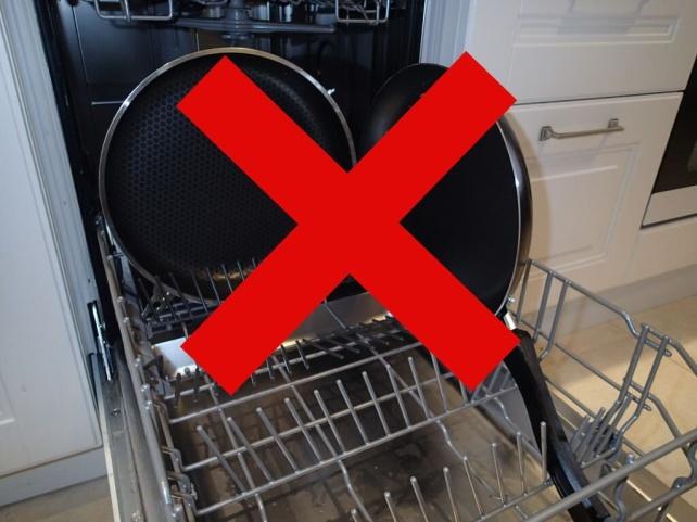 горячая сковорода в посудомойке
