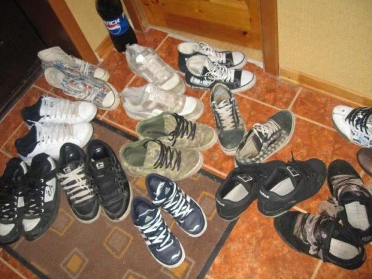 обувь разбросана