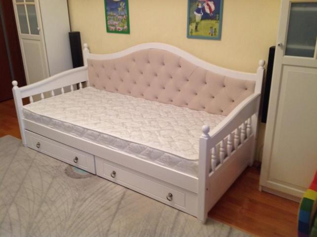 Односпальная кровать у стены