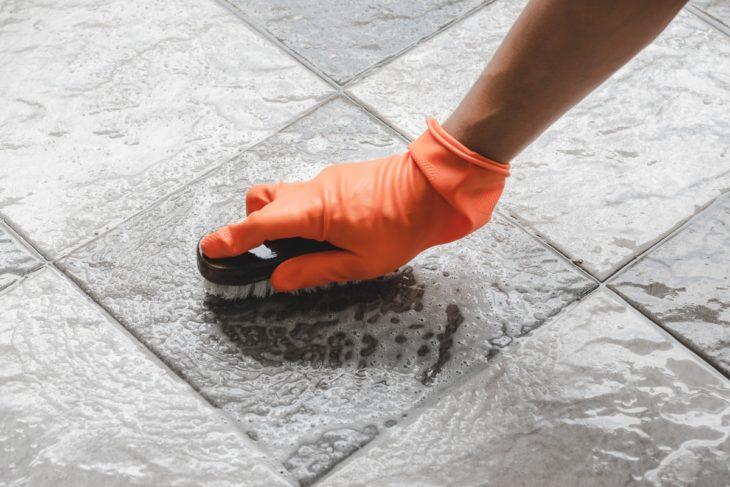 мытье каменного пола в Италии