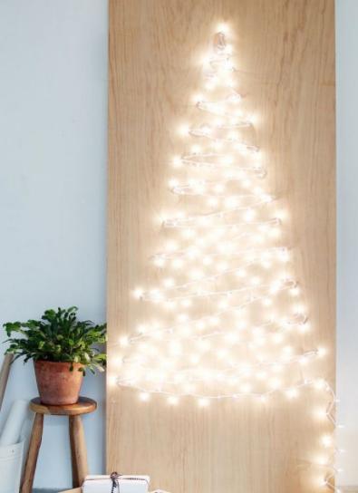 елка из огоньков на стене