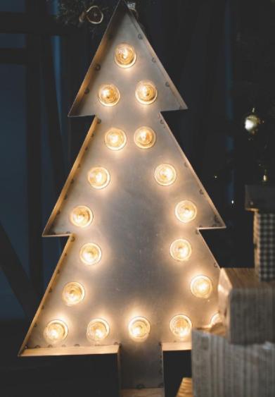 новогодняя атмосфера с помощью лампочек и металла