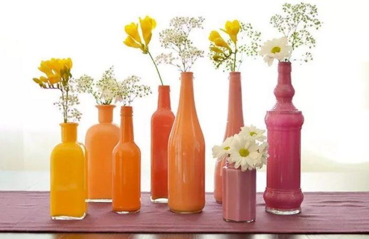 делаем вазу из стеклянных бутылок