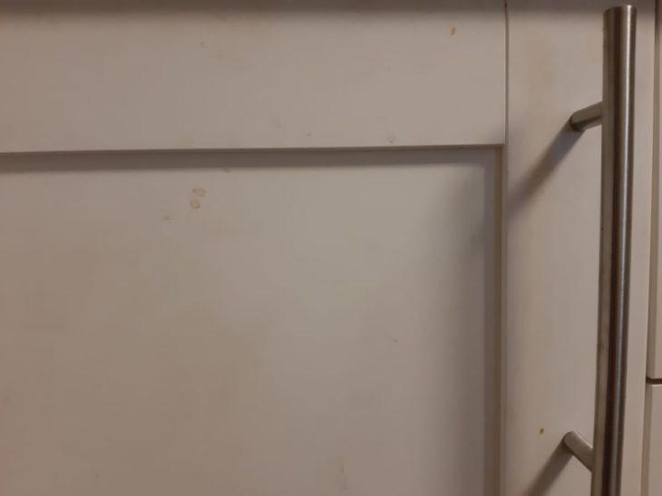 грязный кухонный гарнитур