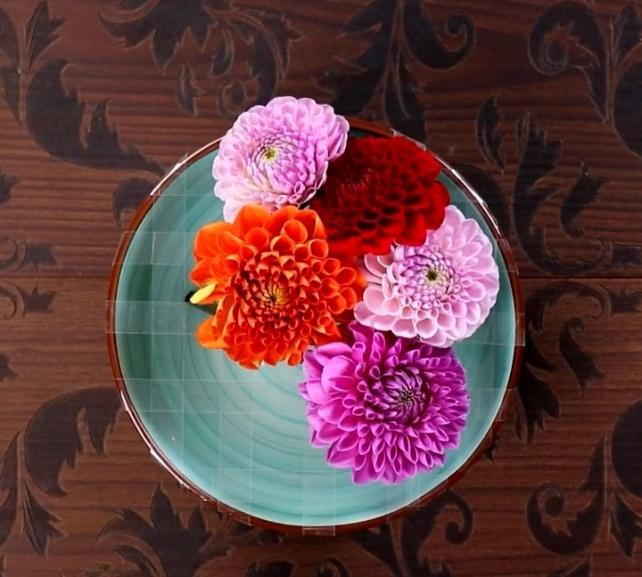 цветочная композиция с тарелкой и скотчем