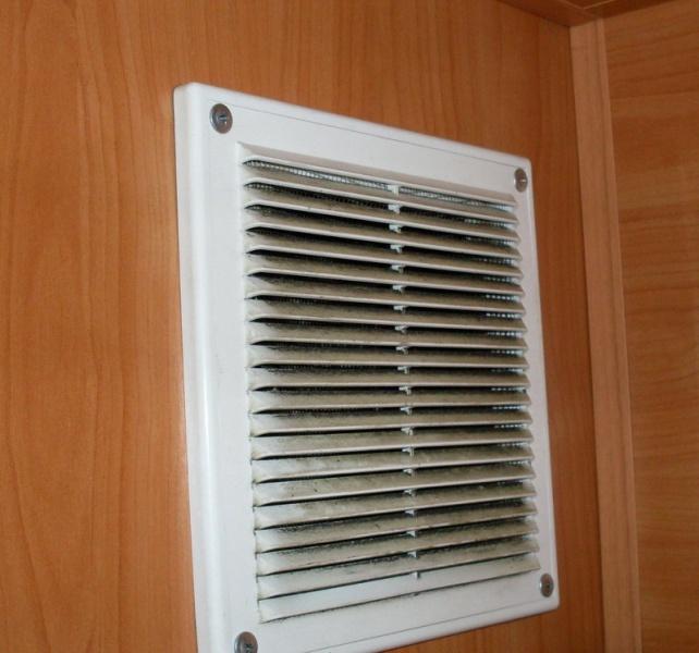 чистим вентиляционную решетку