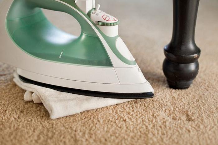 мокрое полотенце против вмятин на ковре