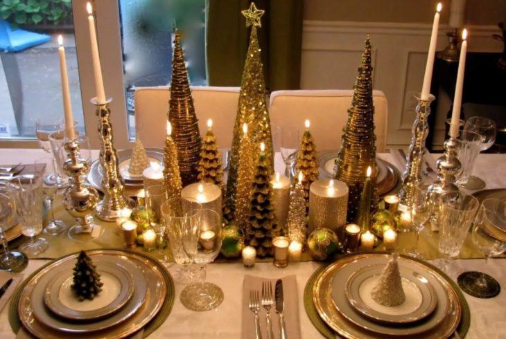 свечи на новогоднем столе