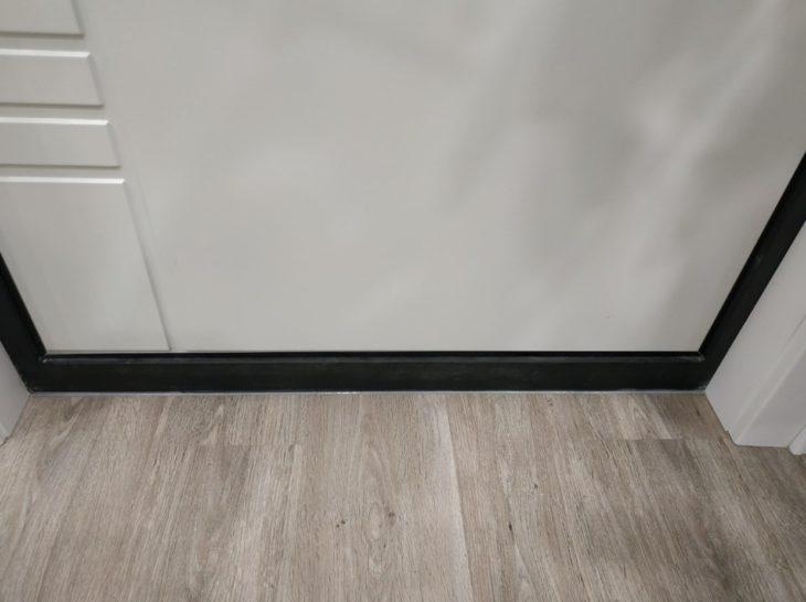 зазор у входной двери заливаем герметиком