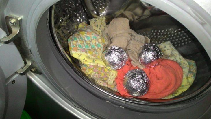 кладем мячи в барабан стиральной машины