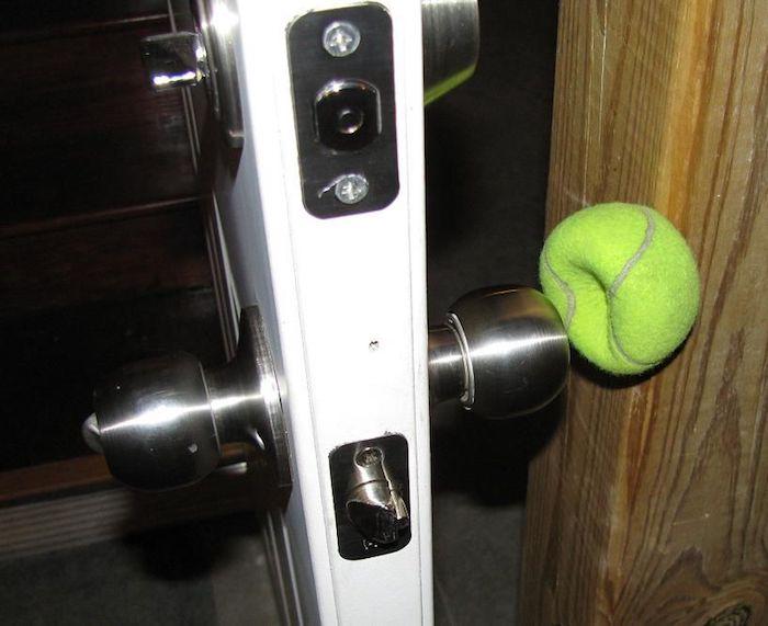 теннисный мячик используют как ограничитель дверей