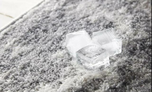 кубики льда от вмятин на ковре