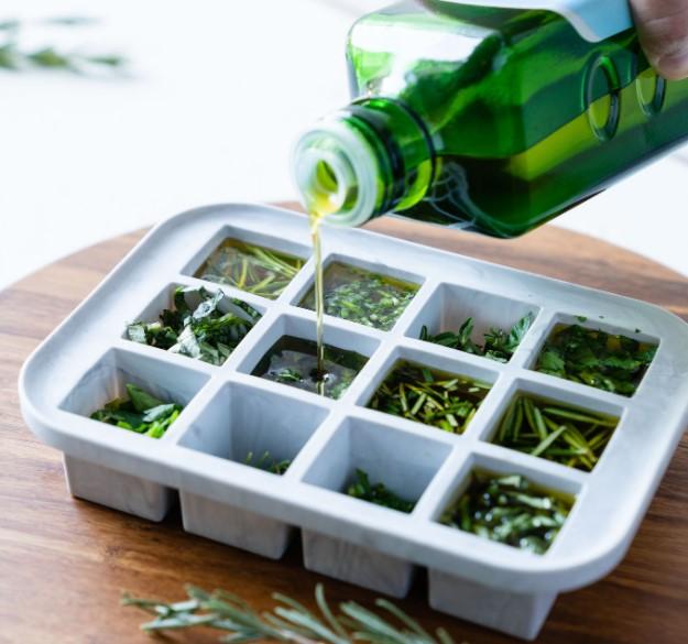 заливаем травы оливковым маслом