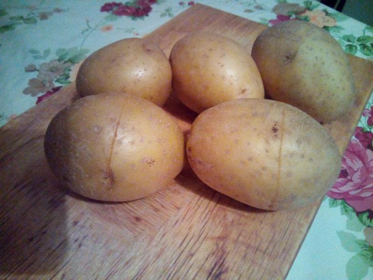 делаем надрез на картофеле