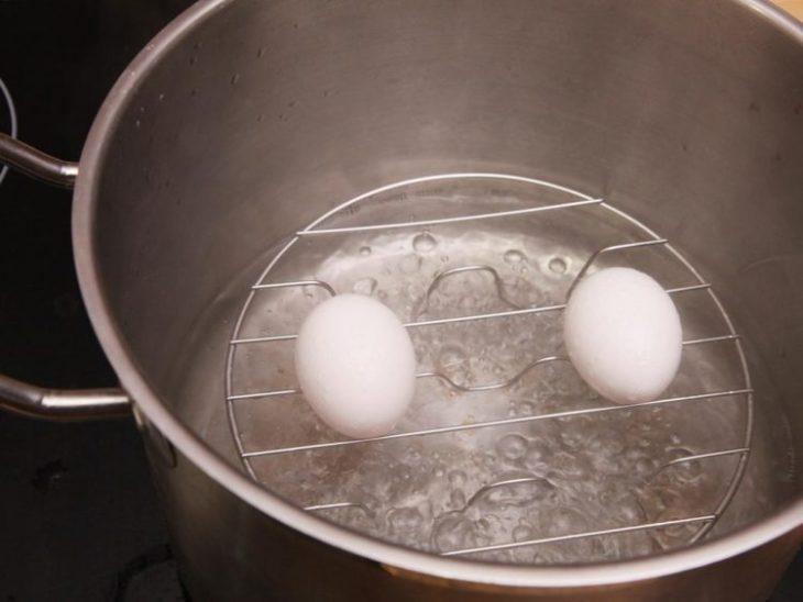 треснутое яйцо можно сварить на пару