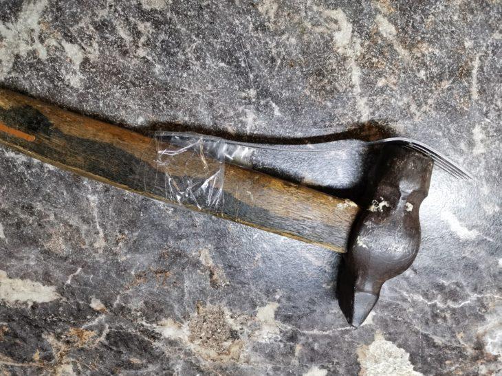 молоток прикрепляем к вилке