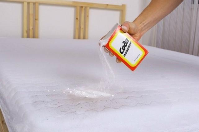 почистить матрас содой