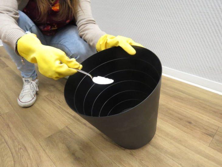 сода добавляется на дно мусорного ведра