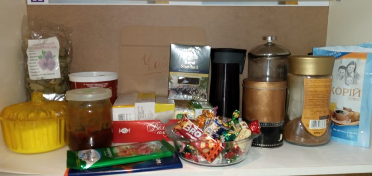 организация полки с чаем и кофе