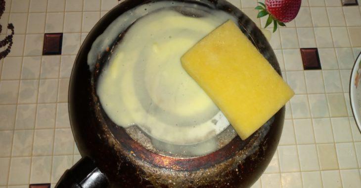 трем сковороду губкой