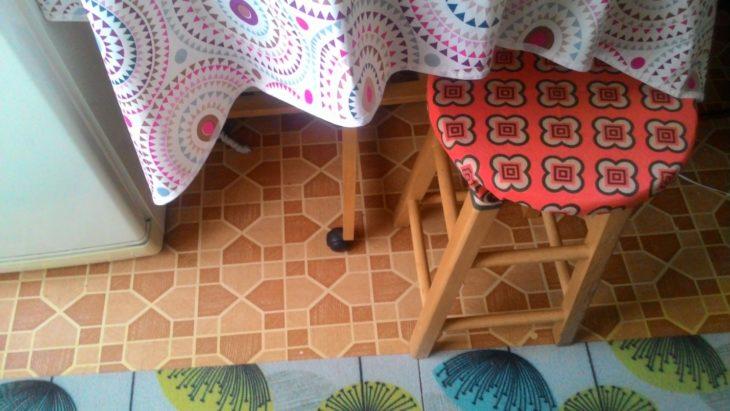 стул задекорирован банданой