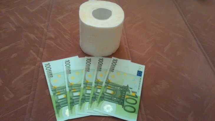 деньги заворачиваем в туалетную бумагу