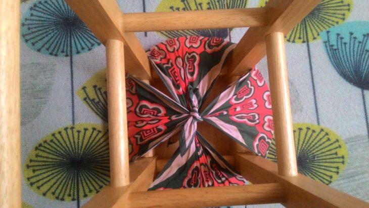 завязываем платок на сиденье табурета
