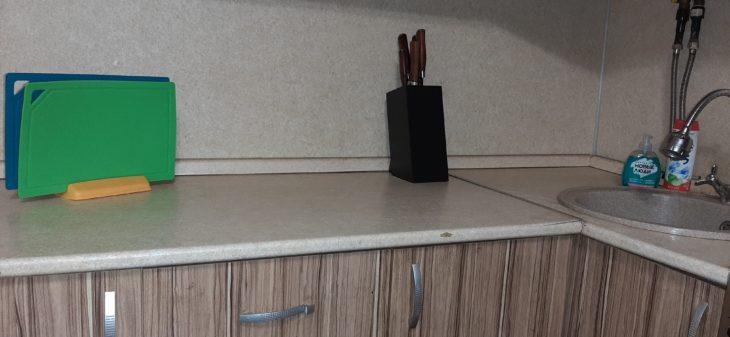 чистая рабочая поверхность кухни