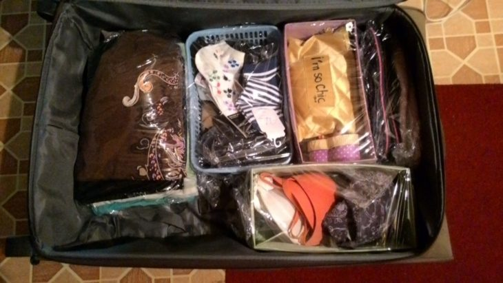 перевозим одежду с помощью пищевой пленки