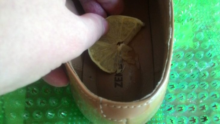 лимон в ботинке избавит от запаха