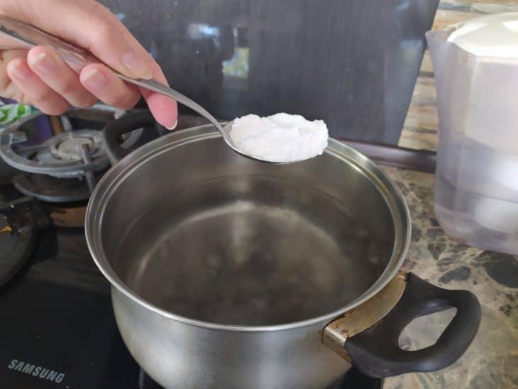 сода кладем в кипяток