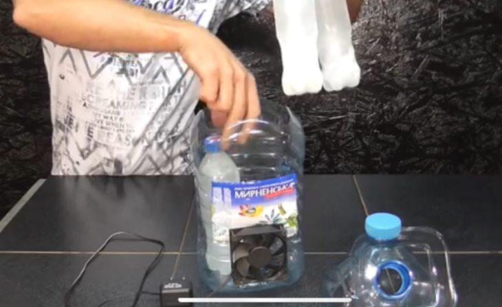 кладем маленькие замороженные бутылки со льдом