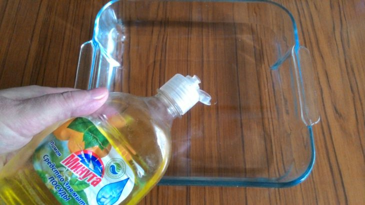 наливаем моющее средство в емкость