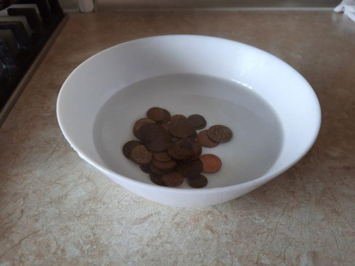 заливаем монеты водой