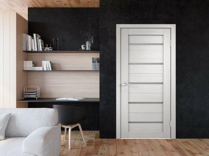 светло-серая дверь в интерьере