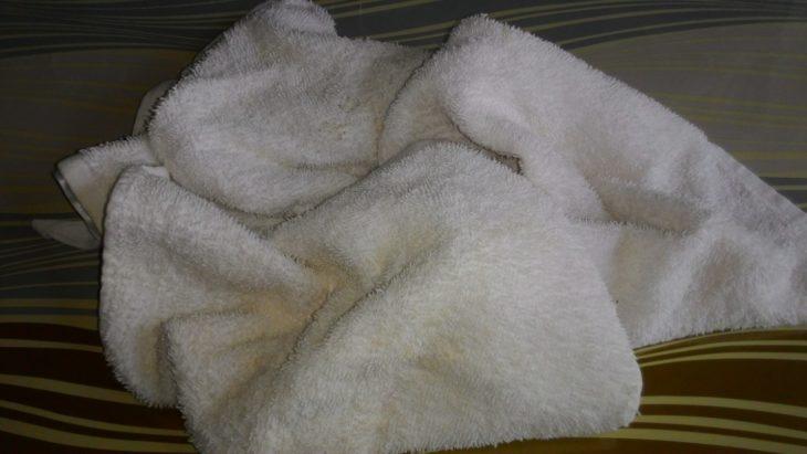 белое полотенце в пятнах
